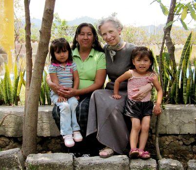 EllenCalmus mit einer Migrantenfamilie aus Malinalco